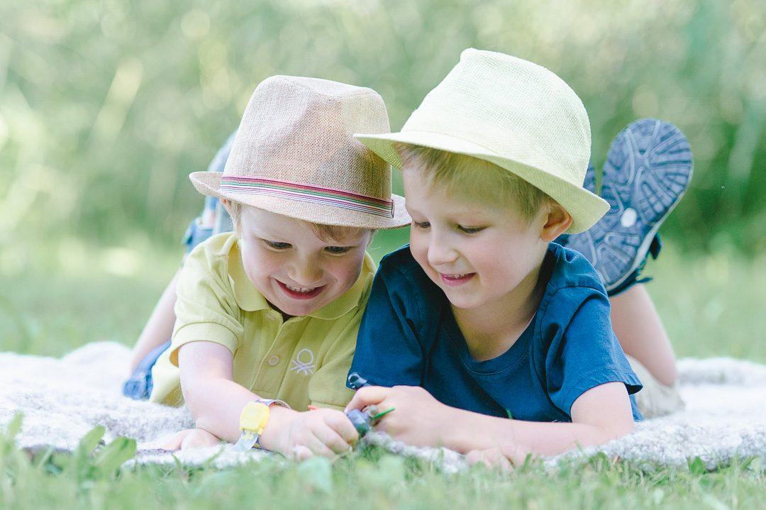 zwei Brüder tragen Hüte fürs Fotoshooting in Memmingen