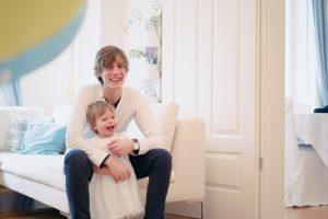 Die kleine Lotta scherzt mit ihrem Papa am 2. Geburtstag