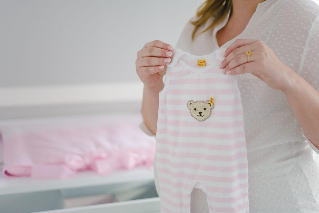 Strampler von Steiff ist ein Geschenk bei einer Babyparty Baby Shower fotografiert von Babyfotografin Petsy Fink