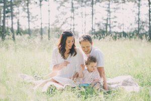 Familienfotos Augsburg Familie mit Sohn auf Blumenwiese