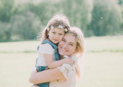Mutter und Tochter bei Fotoshooting im Sommer in Aichach
