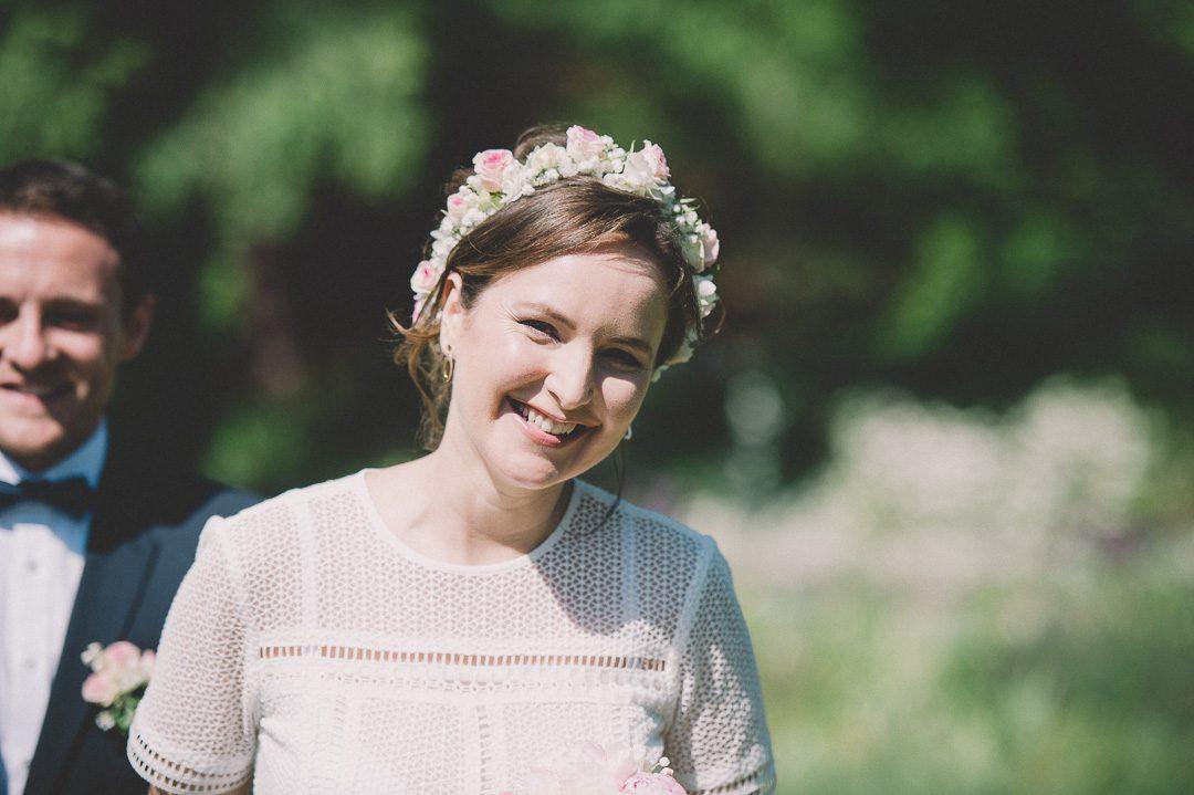 Strahlende Braut auf Hochzeitsfoto