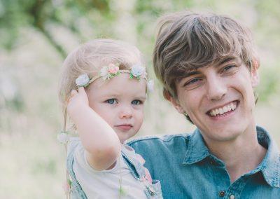 Vater und Tochter mit Blumenkranz im Haar bei Fotoshooting in Aichach