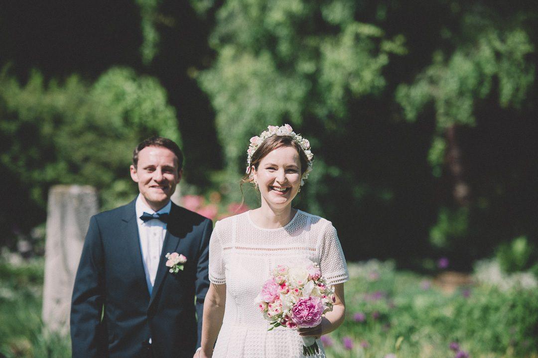 Lachendes Brautpaar im Botanischen Garten