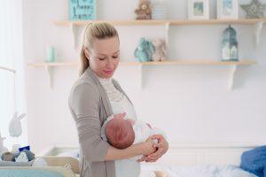 Babybild mit Mama im Kinderzimmer Landsberg am Lech