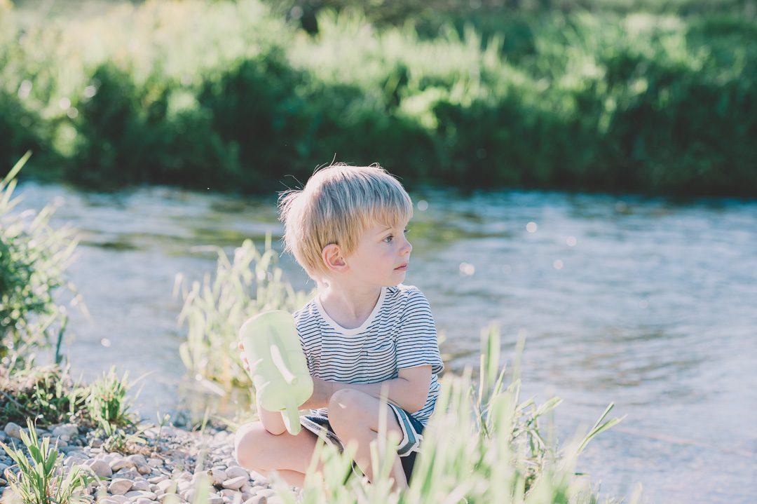 Kleiner Junge fühlt sich bei Fotoshooting unbeobachtet