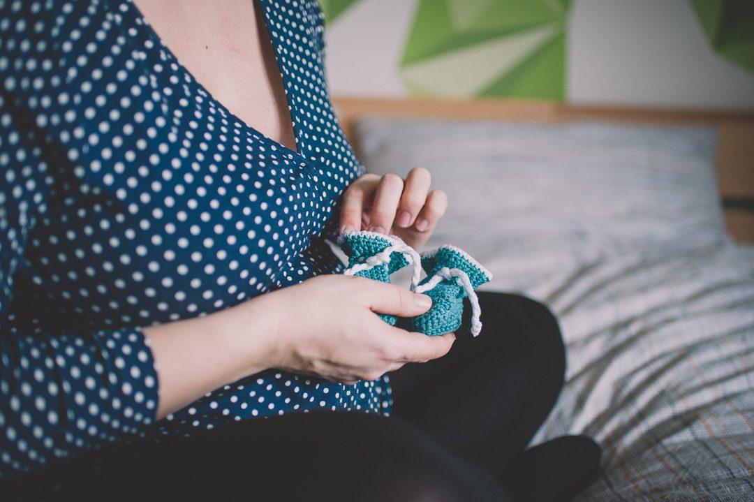Babybauchfoto mit selbst gestrickten Socken