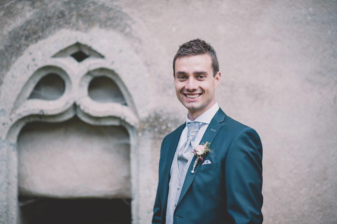 Bräutigam in dunkelblauem Anzug