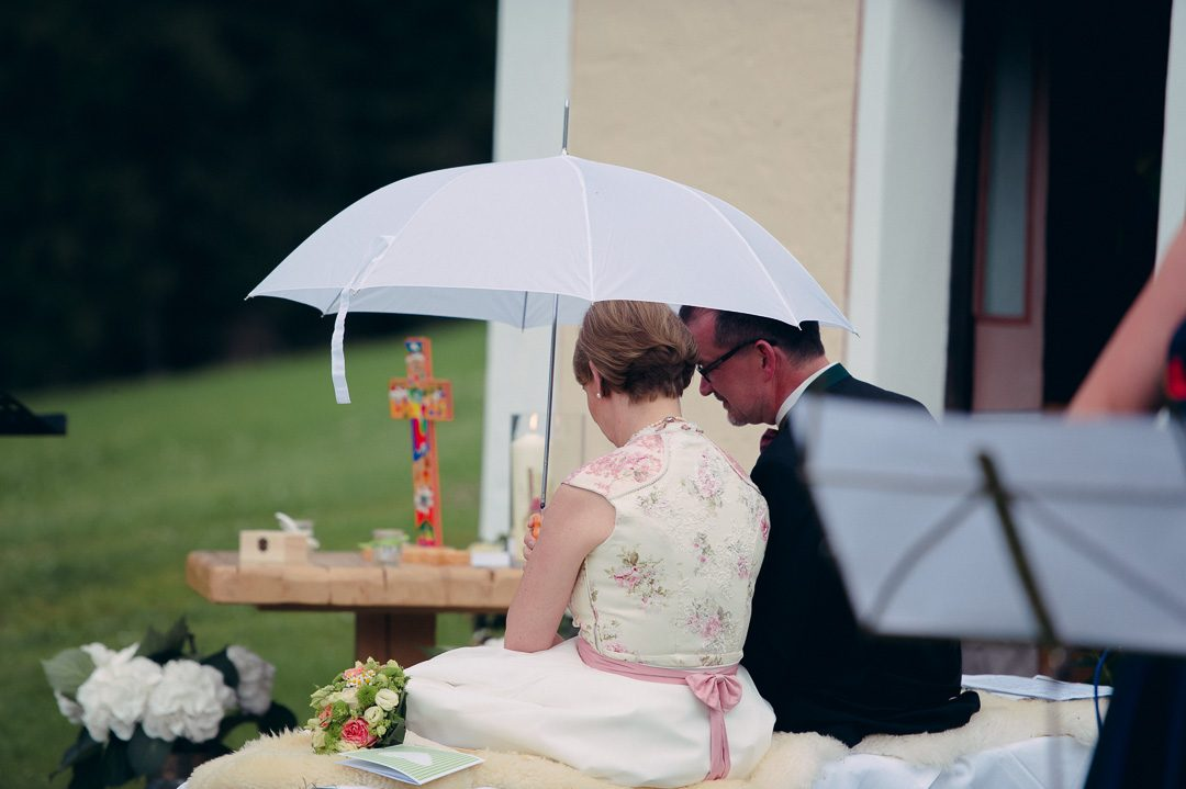 Brautpaar mit Regenschirm Jufenalm Maria Alm