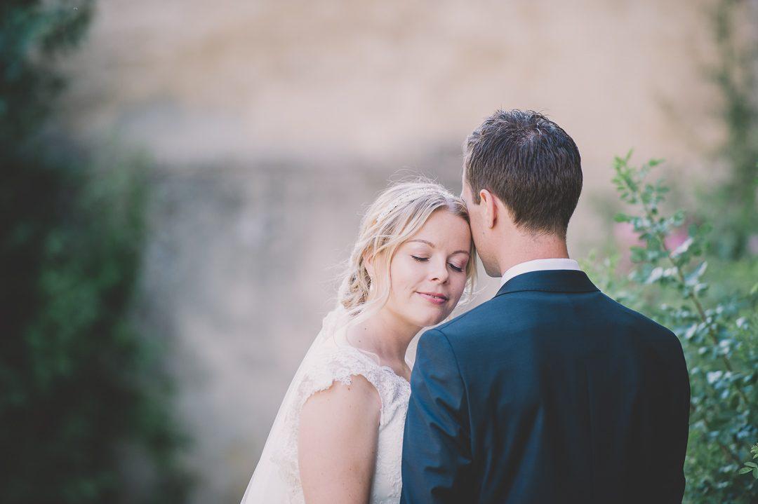 Verliebtes Brautpaar auf Schloss Harburg