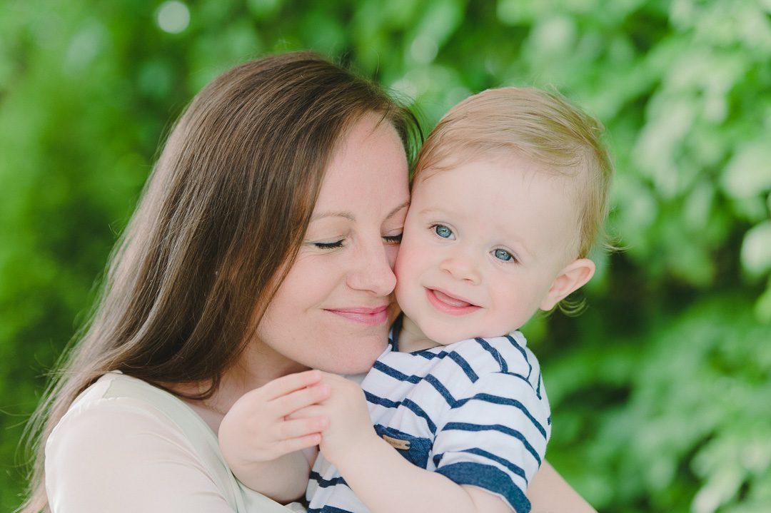 Mutter umarmt innig ihren Sohn