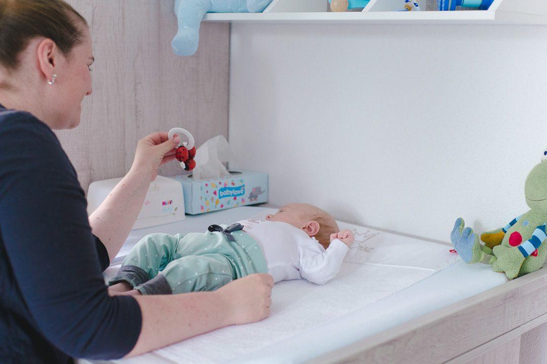 Babyrassel mit Maikäfern bei Babyshooting