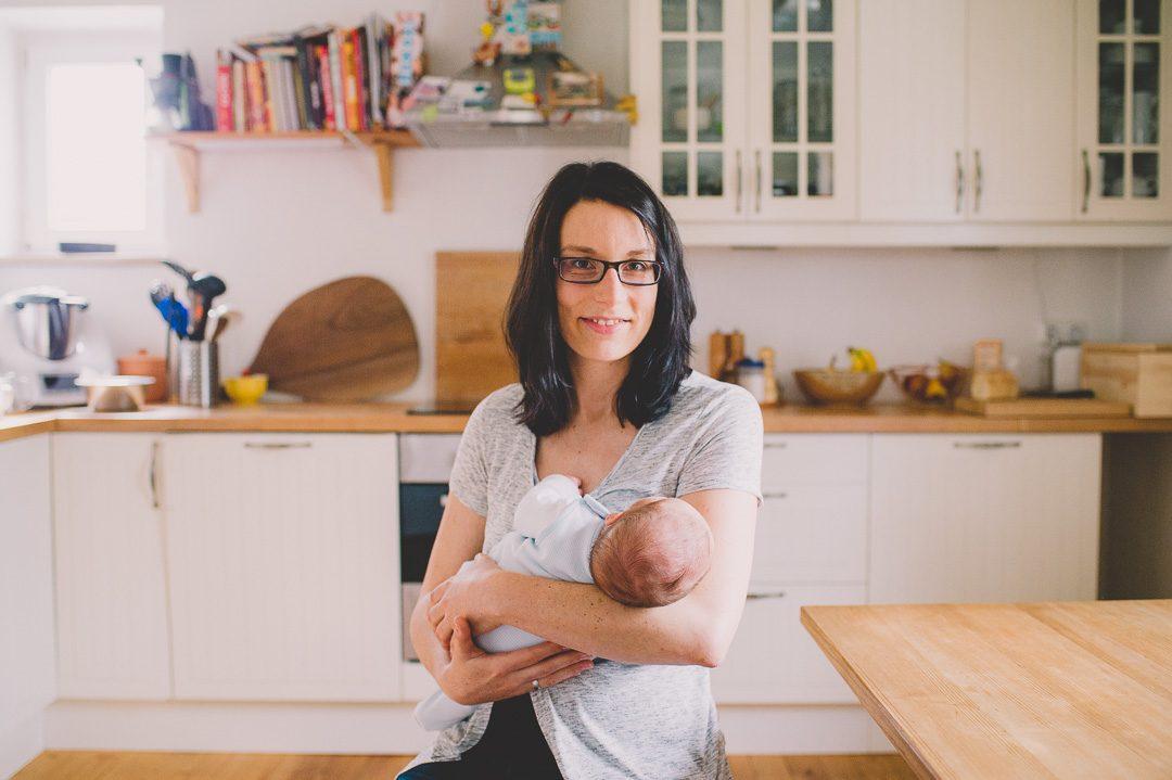 Mutter mit Säugling in der Küche