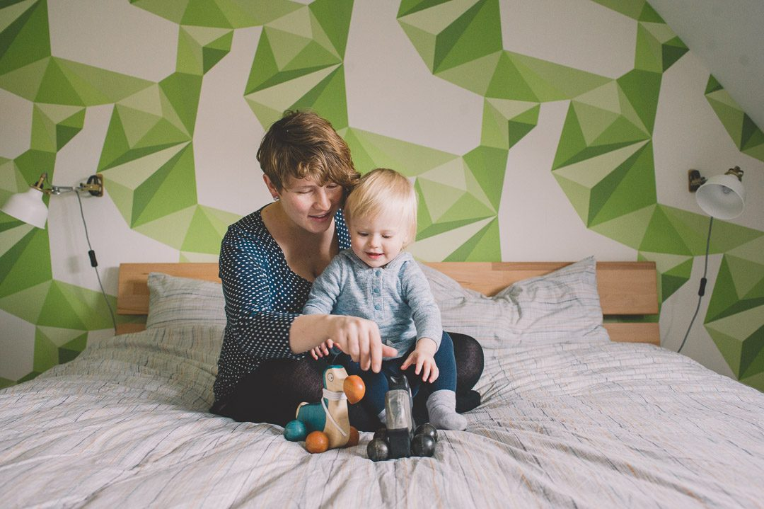 Familienfoto schwangere Mama mit Kleinkind zuhause