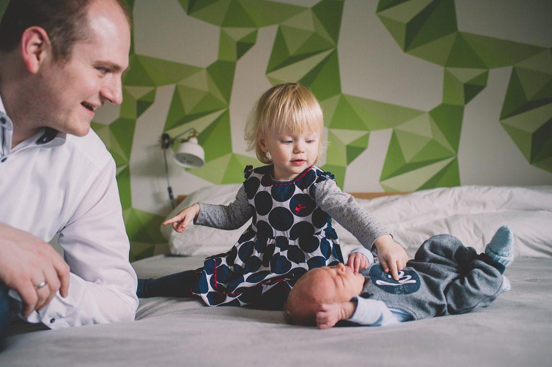 Große Schwester und kleiner Bruder auf Babybildern