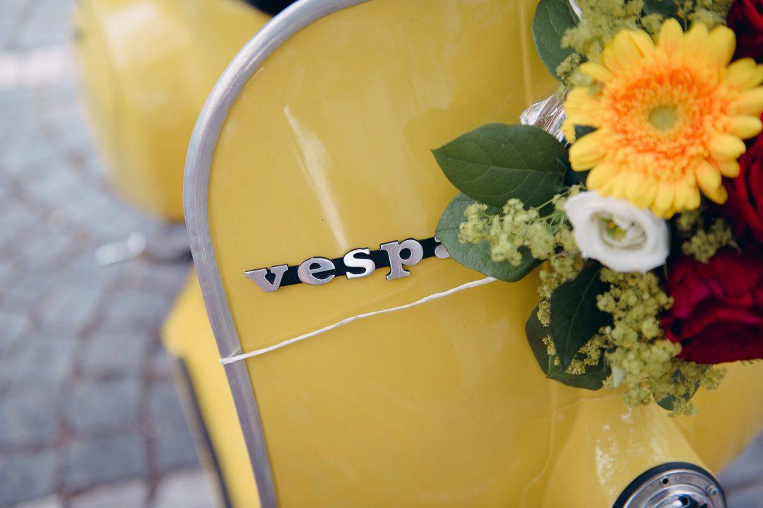 gelbe Vespa 50 mit Braustrauß von 1968