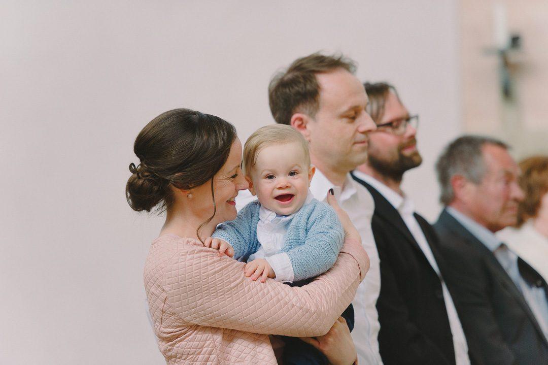 Mutter und Täufling in Kirche