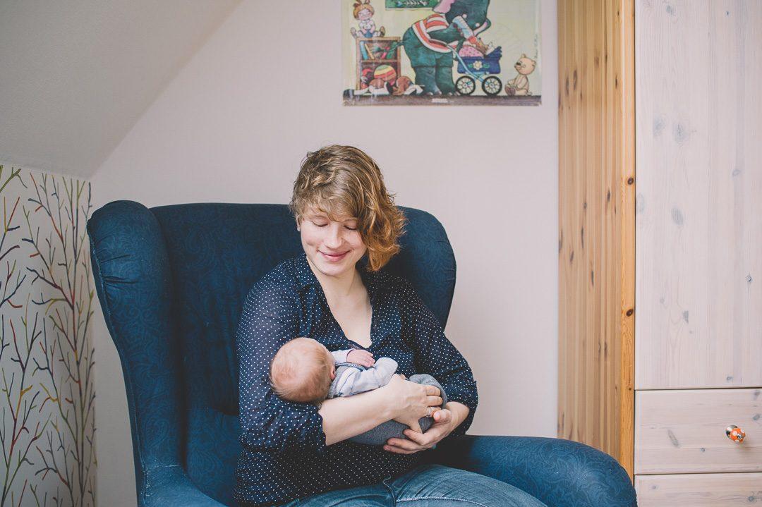 Mutter mit Baby in Stillsessel