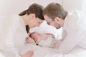 Junge Eltern mit Baby bei Babyfotos und Babybildern München