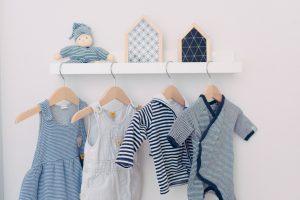 Babykleidung für Junge in weiß und blau