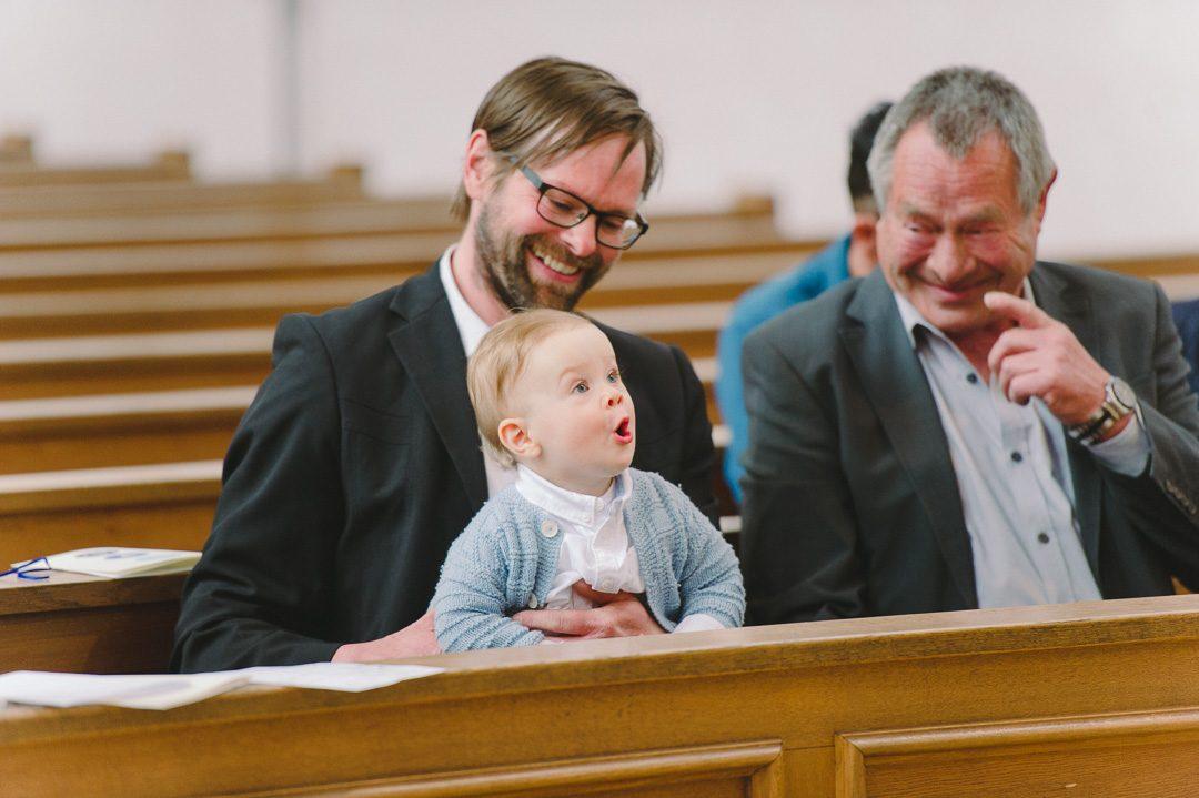 Täufling freut sich bei Taufe Augsburg