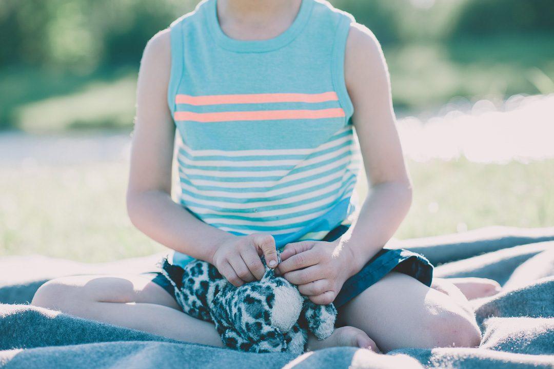 Kinderbild mit Stofftier