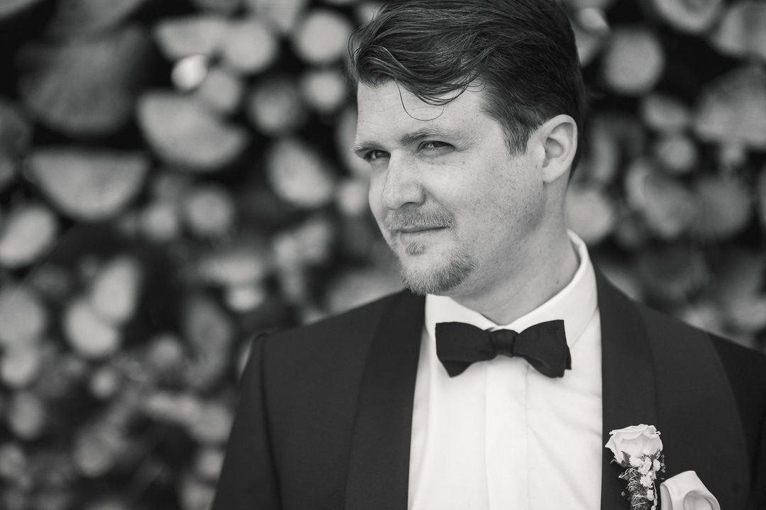 schwarz weiß Portrait Bräutigam in Smoking mit Fliege