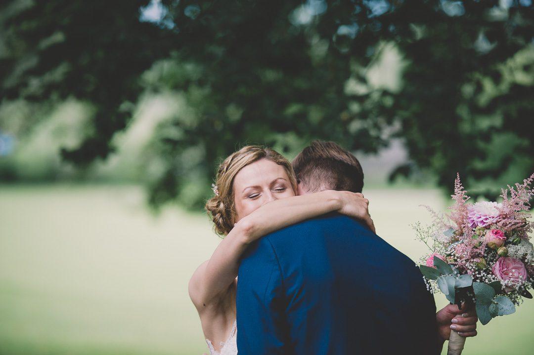 Brautpaar umarmt sich bei Hochzeitsfotos und First Look