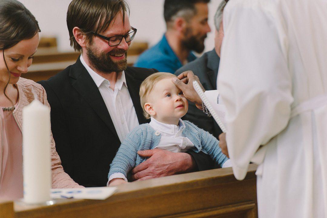 Täufling bekommt Segen vom Pfarrer