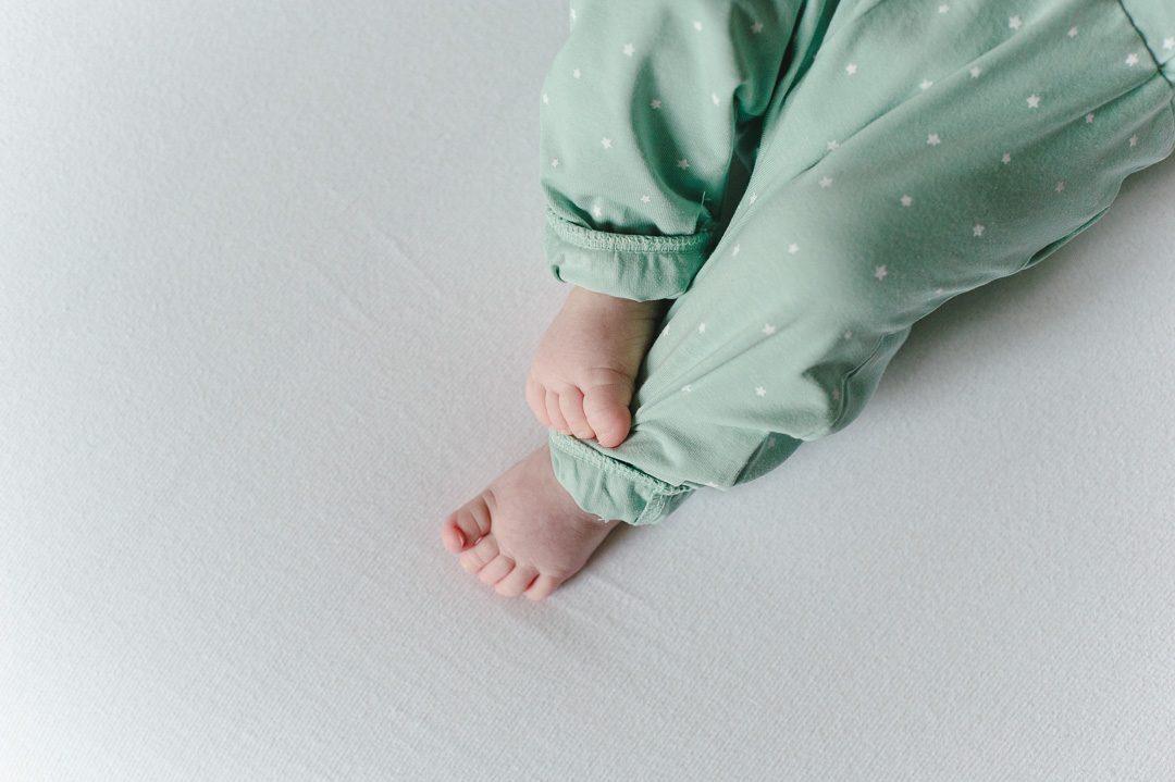 hellgrüner Baby Strampler mit Sternen
