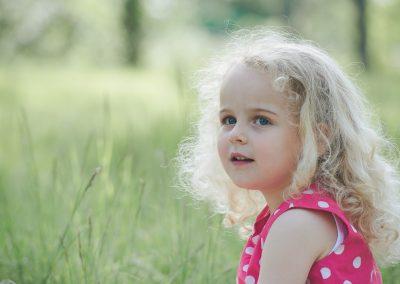 Kinderbild mit Mädchen und blonder Lockenmähne