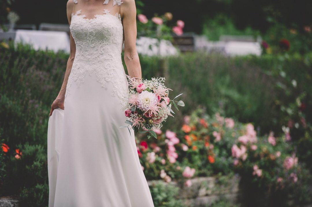 Braut geht mit Brautstrauß zum First Look
