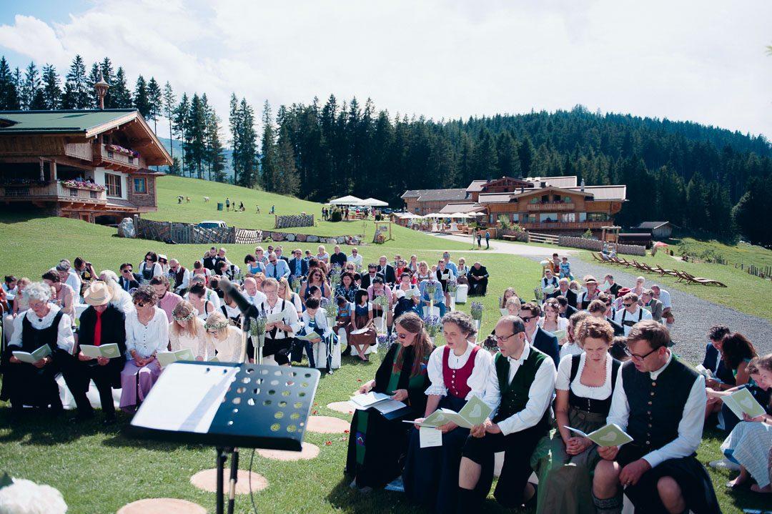 Hochzeitsgesellschaft bei der Kapelle auf der Jufenalm Maria Alm