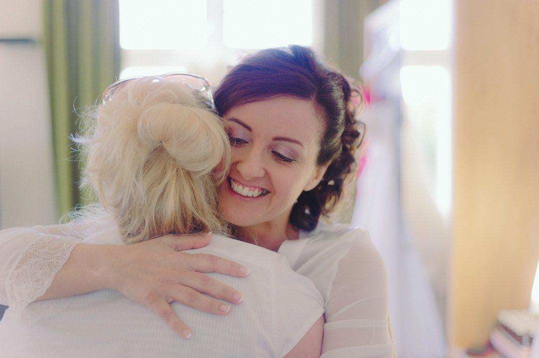 liebevolle Umarmung Braut und Schwester