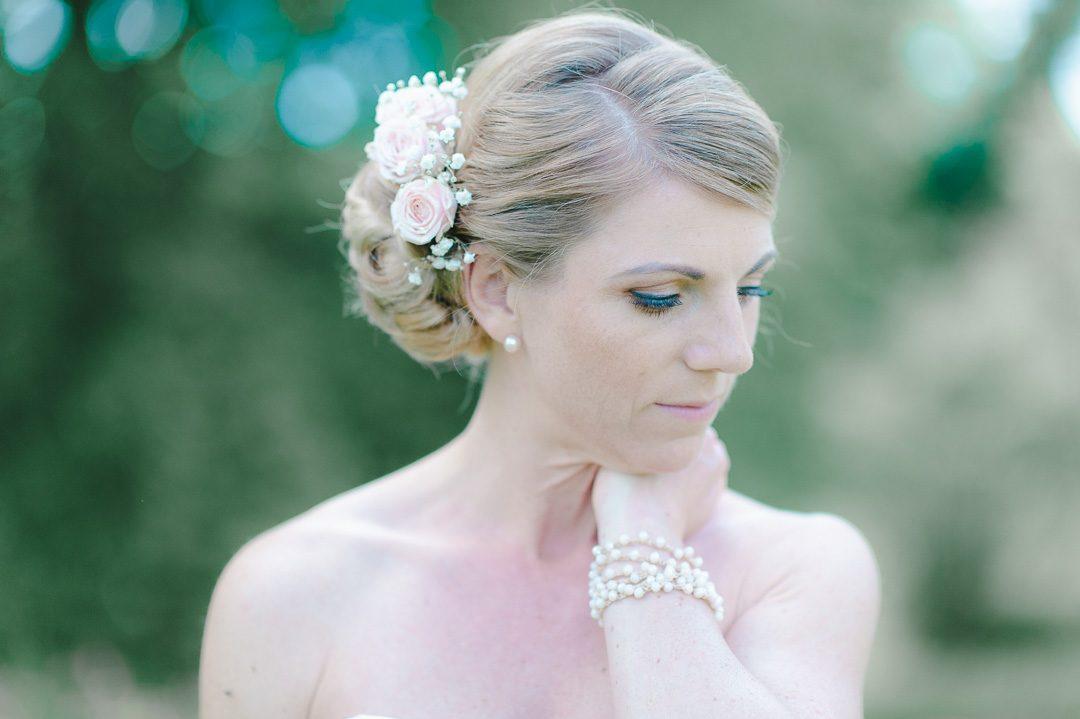 Hochzeitsfoto von Braut mit Perlen und Rosen