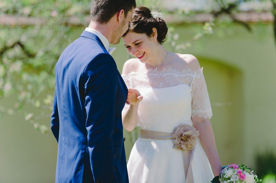 Braut sieht Ehemann am Hochzeitstag beim First Look