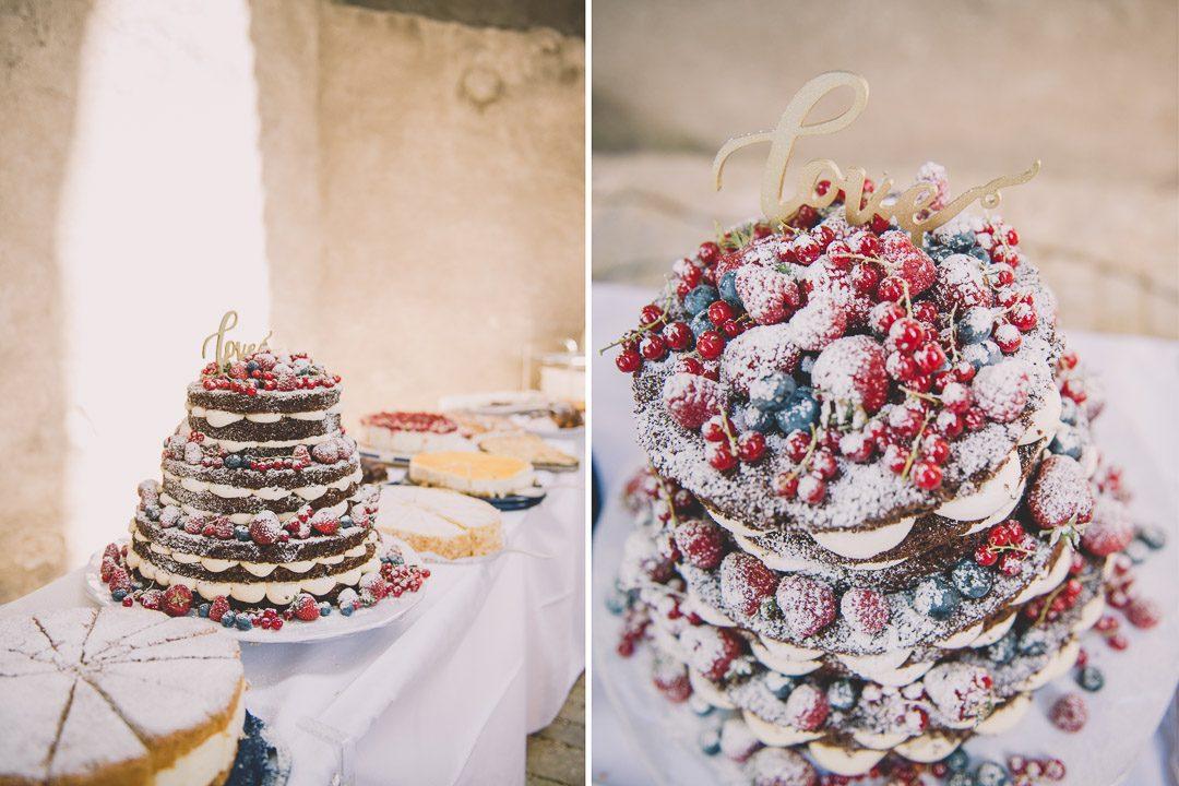 Hochzeitstorte mit Früchten und Beeren