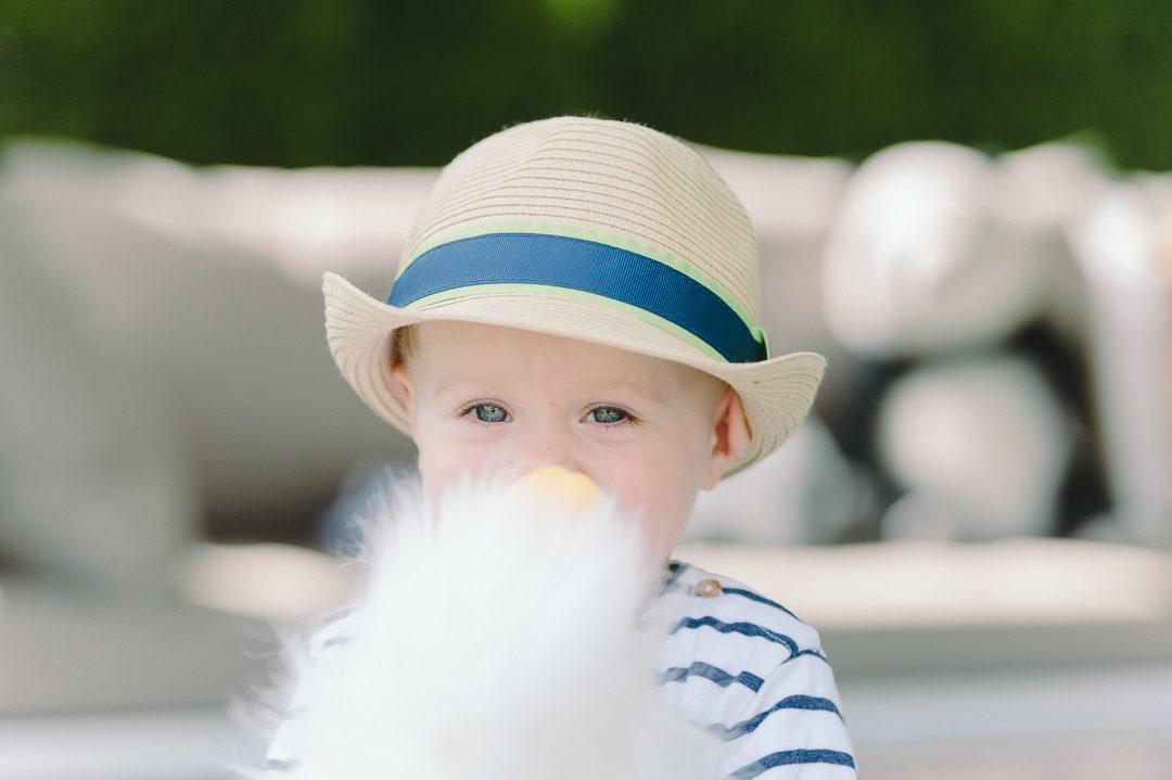 Kleiner Junge mit Strohhut Sonnenhut