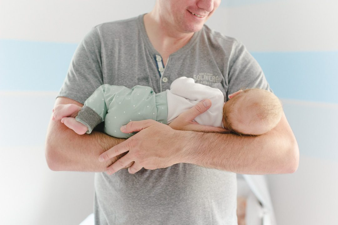Baby Sohn auf Arm von Vater