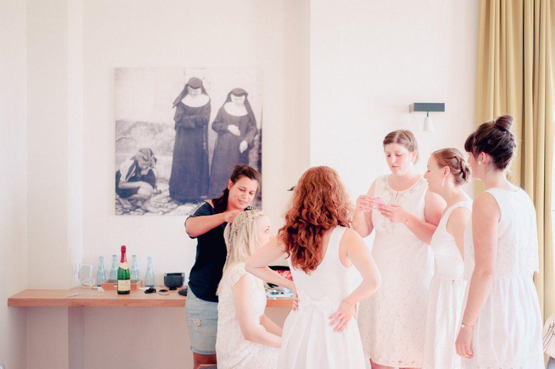 Brautjungfern bei Getting Ready mit Stylist