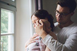 Babybilder neugeborenes Baby mit Mama und Papa