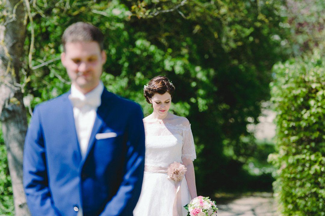 Nachdenkliche Braut beim First Look in Kloster Holzen