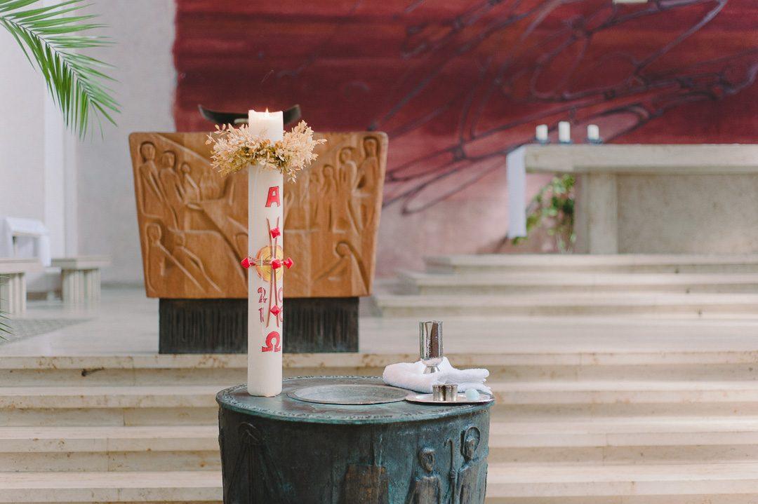 Taufe St Albert Augsburg fotografiert von Familienfotograf Petsy Fink