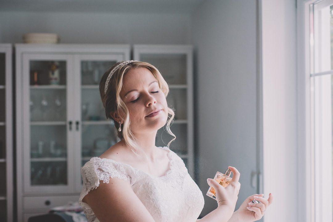 Braut sprüht sich Ralph Lauren Parfum an