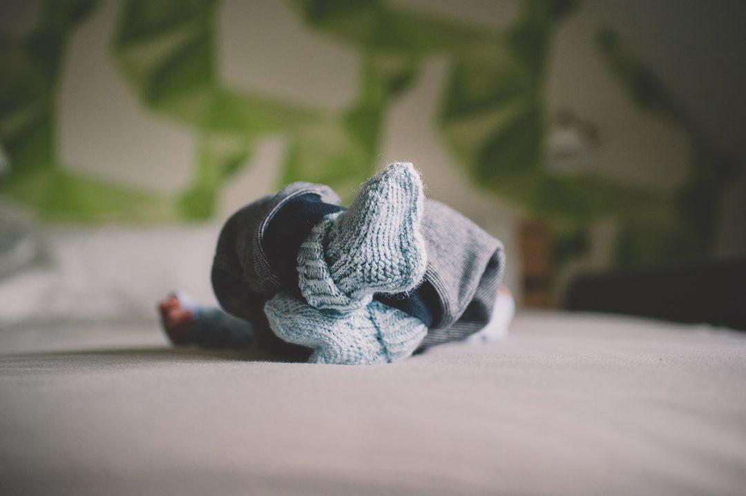 selbst gestrickte Babysocken hellblau