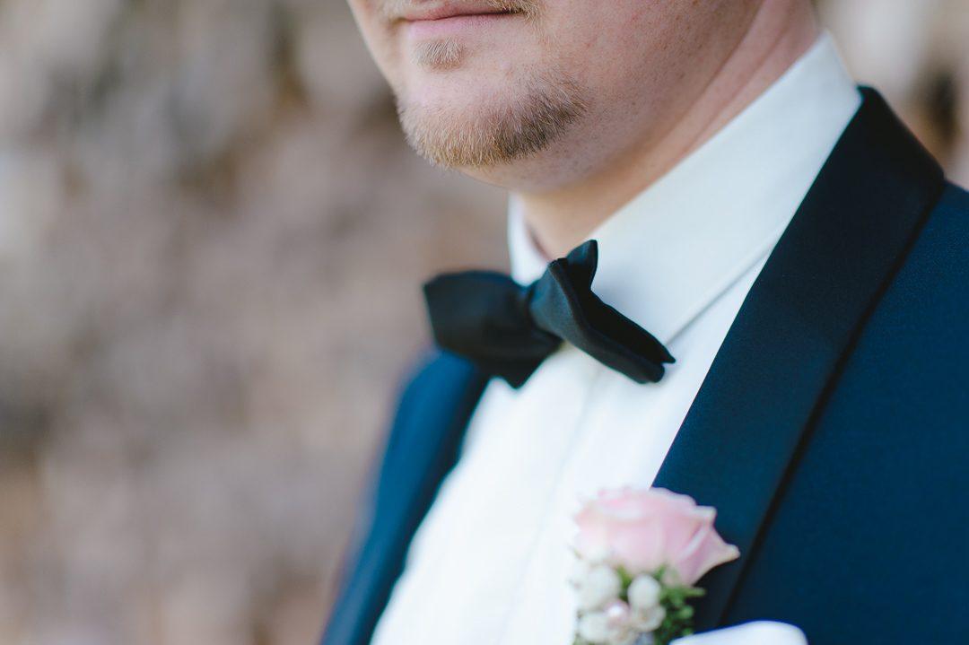 Bräutigam in dunkelblauem Smoking mit Fliege