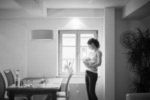 schwarz weiß Babyfoto mit Mutter Augsburg
