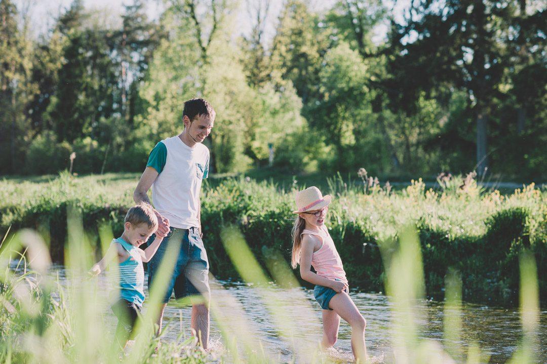 Familie im Wasser in der Wertach in Augsburg