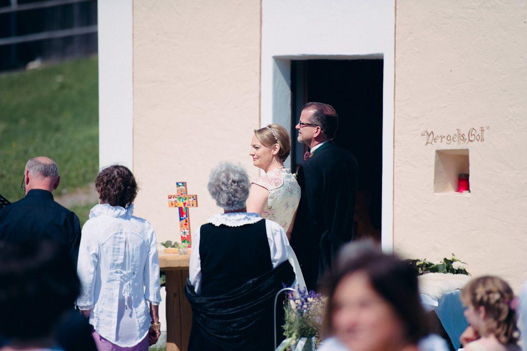 Brautpaar vor der Kapelle der Jufenalm Maria Alm