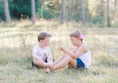 Gechwisterpaar während Kinderfotos und Familienbilder Königsbrunn